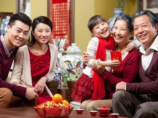 семья празднует Тет